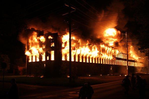 Nhà máy bị phá hủy bởi đám cháy