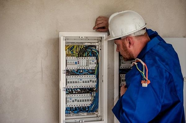 Thợ điện tại công trình xây dựng