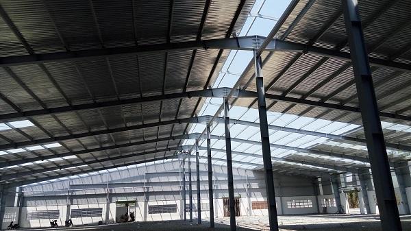 Thi công xây dựng nhà xưởng có công đoạn mái nhà được lắp để vừa bảo vệ máy móc vừa đảm bảo sức khỏe cho nhân viên doanh nghiệp